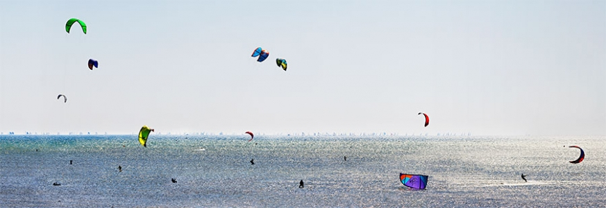 Kitesurfs  en baie de Quiberon.